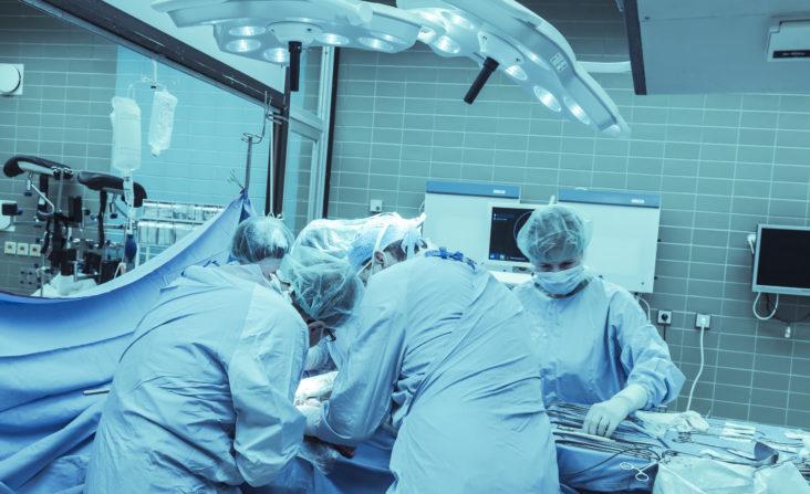 Operationsteam im Operationssaal der Chirurgie